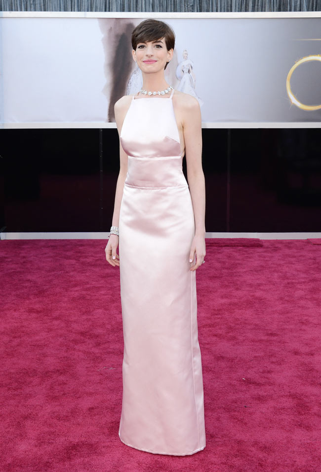 anne hathaway prada oscars1 Anne Hathaway in Prada at the 85th Annual Academy Awards