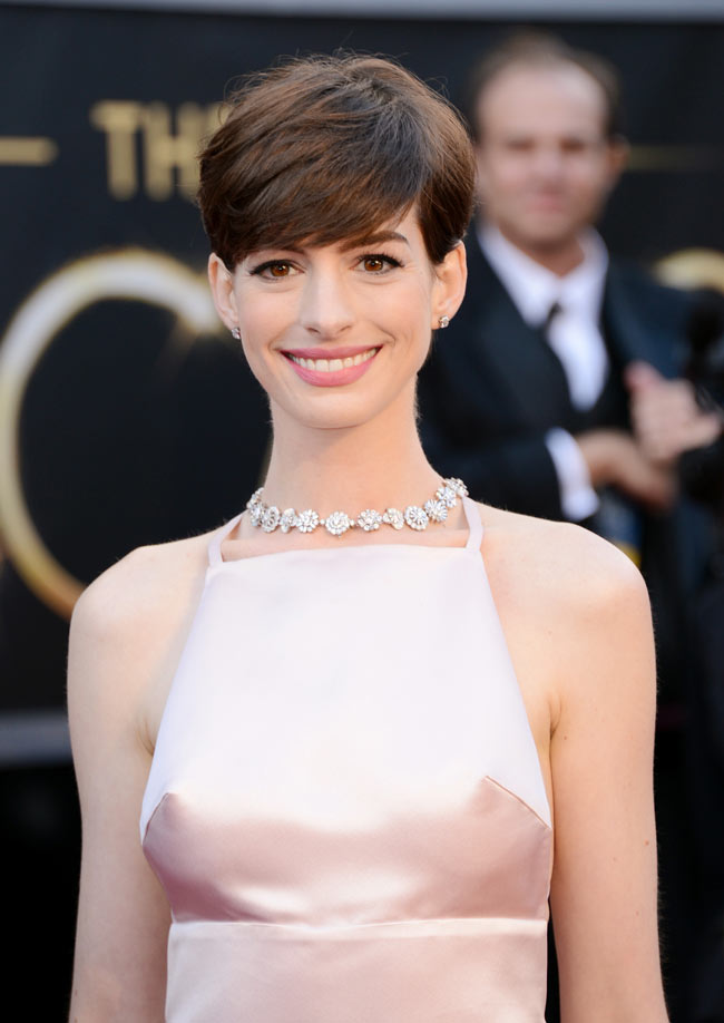 anne hathaway prada oscars2 Anne Hathaway in Prada at the 85th Annual Academy Awards