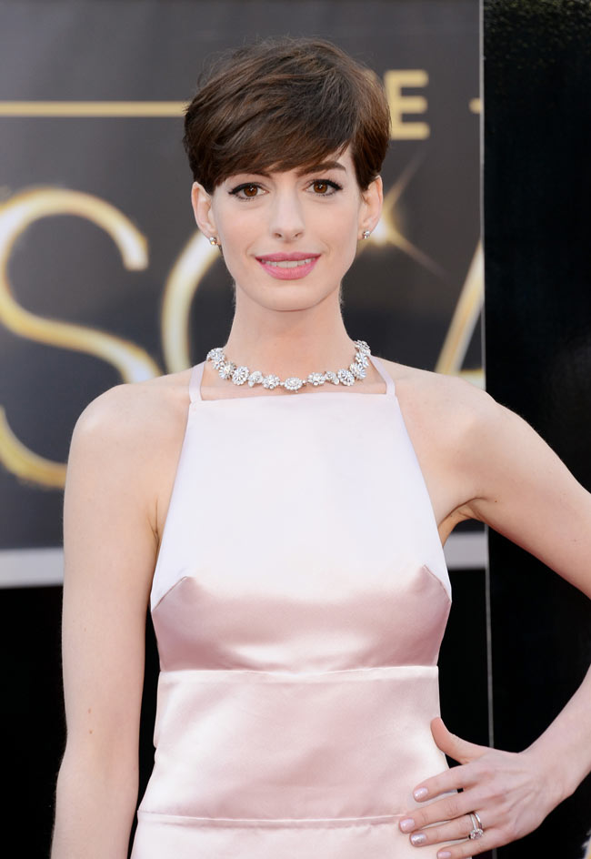 anne hathaway prada oscars3 Anne Hathaway in Prada at the 85th Annual Academy Awards