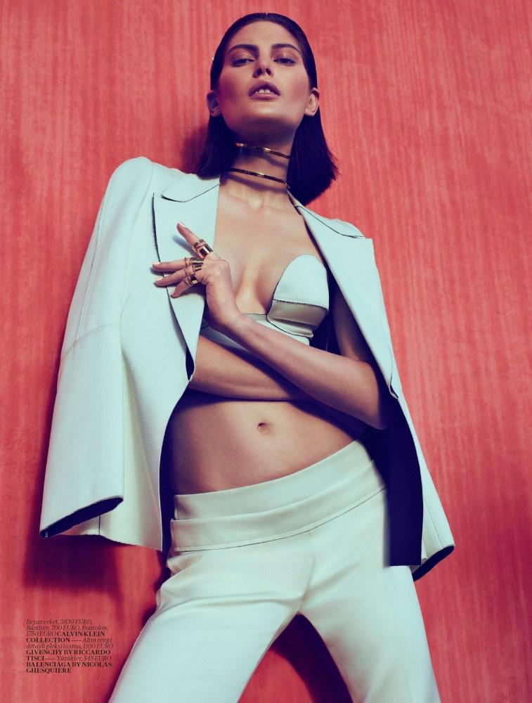 catherine mcneil vogue turkey2 Catherine McNeil Sports Sleek Spring Looks for Vogue Turkey