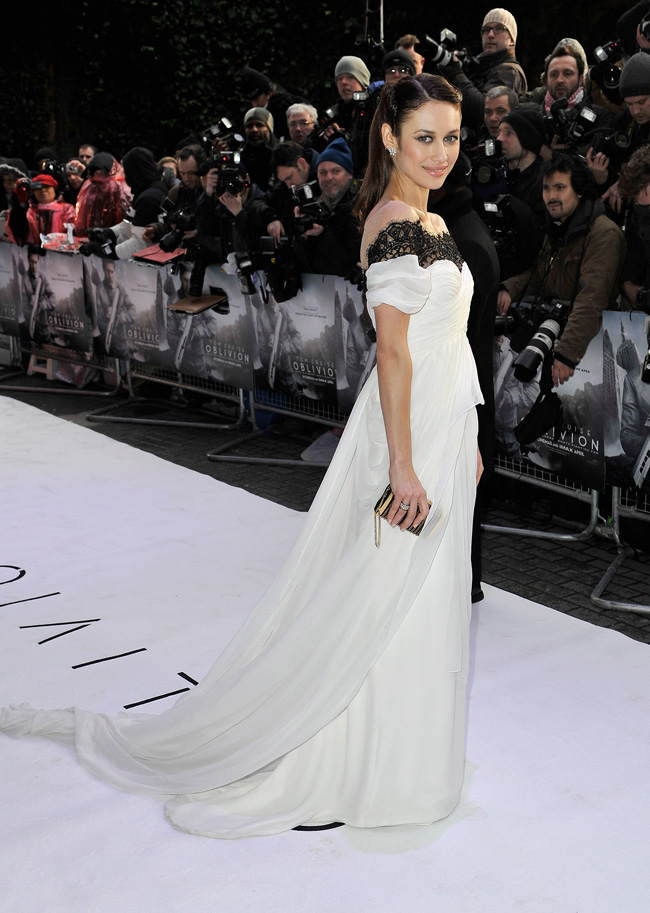 OLGA Marchesa4 Olga Kurylenko is a Vision in Marchesa at the Oblivion London Premiere