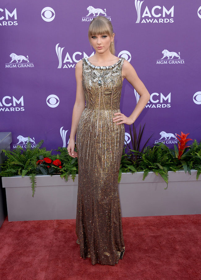Taylor Dolce1 Taylor Swift Shines in Dolce & Gabbana at the 48th Annual Academy of Country Music Awards