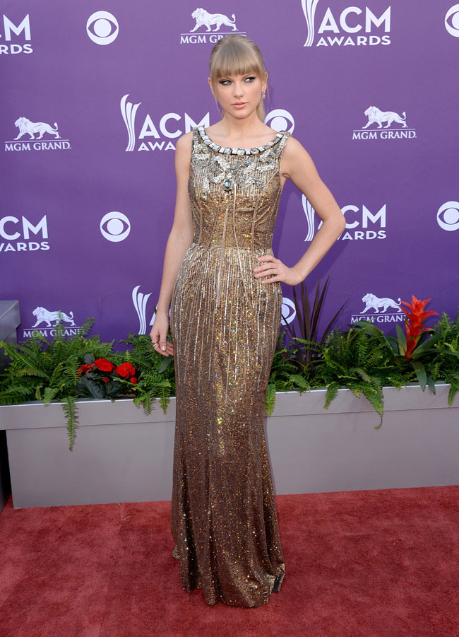 Taylor Dolce2 Taylor Swift Shines in Dolce & Gabbana at the 48th Annual Academy of Country Music Awards