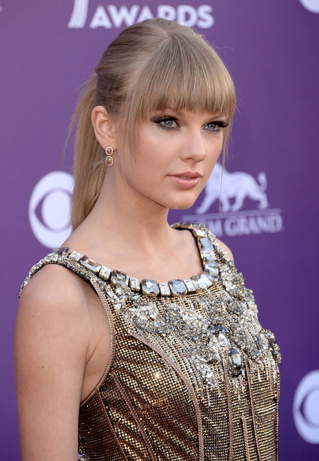 Taylor Dolce4 Taylor Swift Shines in Dolce & Gabbana at the 48th Annual Academy of Country Music Awards