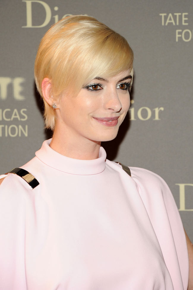 anne givenchy spring 201300 Anne Hathaway is a Givenchy Blonde at the 2013 Tate Americas Foundation Artists Dinner