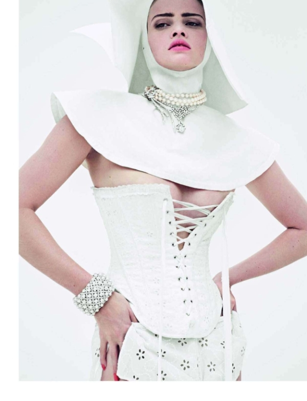 Vogue Paris December 2009 | Lara Stone by Cédric Buchet